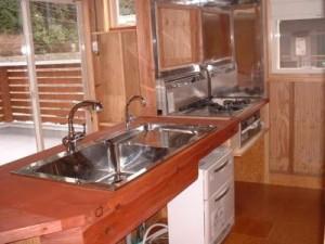 お客様こだわりのキッチン。シンクは特注です。カウンターは無垢の板。柿渋をお客様自ら塗りました