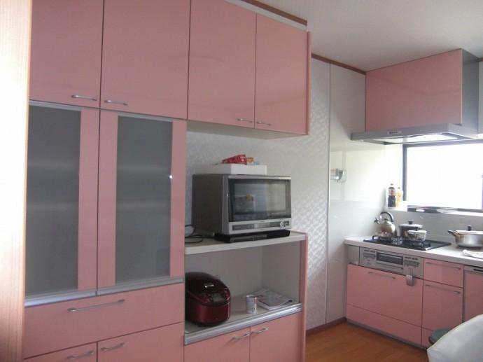 点在していた収納を集約し、キッチンと同じアミィの家電収納、食器棚を設置した。明るく使いやすいダイニングキッチンが完成した